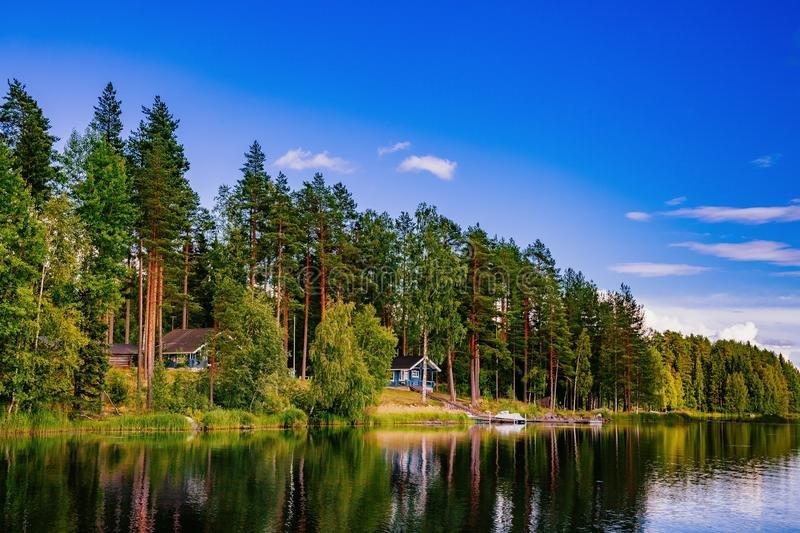 Hölzernes-blockhaus-see-im-sommer-finnland-90921805